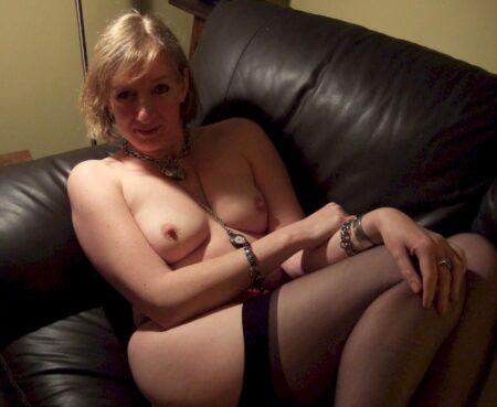 coquine sexy soumise pour mec qui apprécie la domination assez souvent disponible