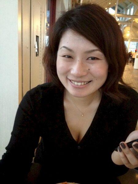 Femme asiatique autoritaire pour mec qui est docile